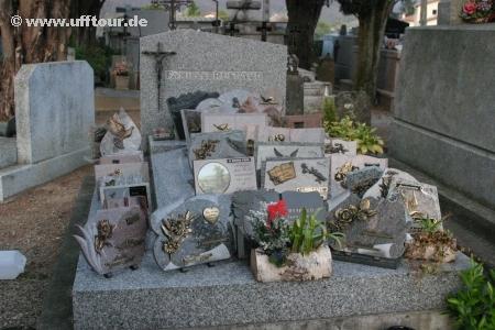 Steinplatten auf Grab