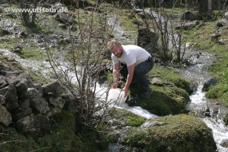 Wasser holen am Bach