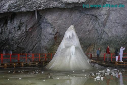 Die Hai-Skulptur in der Eishöhle