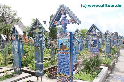 Hunderte Kreuze mit Bild und (oft lustigem) Text erinnern an die Verstorbenen.