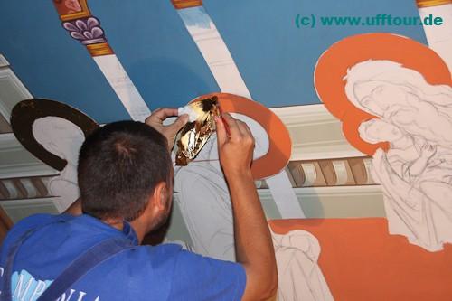 Kloster Edenul - Klostermaler Nico bringt Blattgold auf