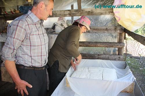 Käsezubereitung auf der Almhütte
