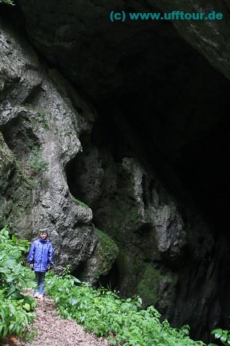 Höhlenportal in der Schlucht hinter dem Kloster Bistrita