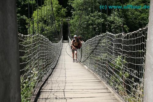 Stefan auf der Hängebrücke von Holzarte