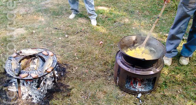 Mămăligă und Forelle über offenem Feuer zubereitet.