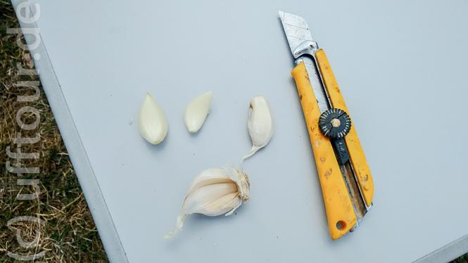 Knoblauch darf nicht fehlen. Man beachte das echt rumänische Knoblauchmesser.