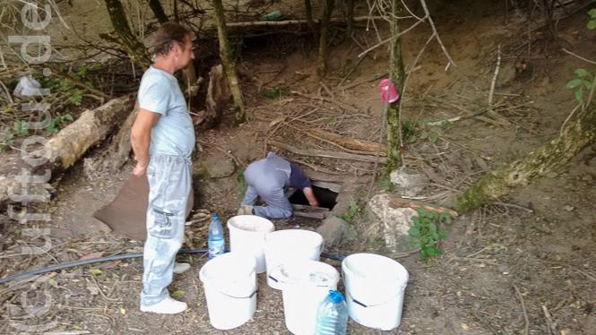 Wasser für das Essen und den Verputz wird an einem Brunnen geschöpft.