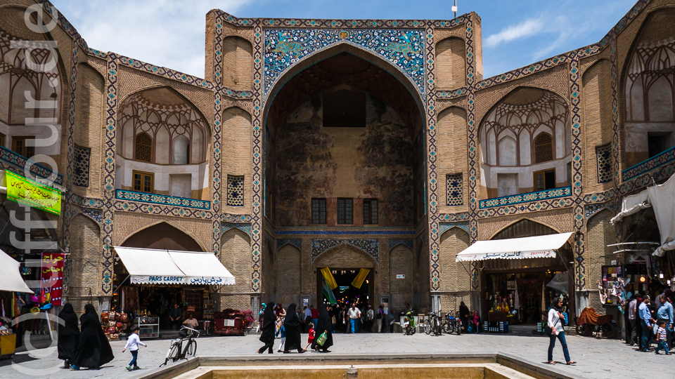 "Eingangsportal zum großen Basar ""Bazar-e-Qeysariyeh"""