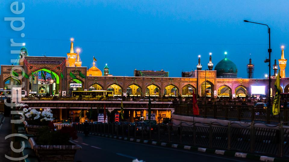 Blick auf das Imam Reza Heiligtum in der blauen Stunde.
