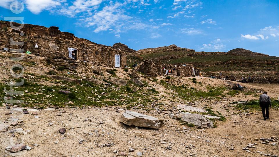 Die Steinhäuser sind an den Hang geduckt und nur aus der Nähe zu erkennen.