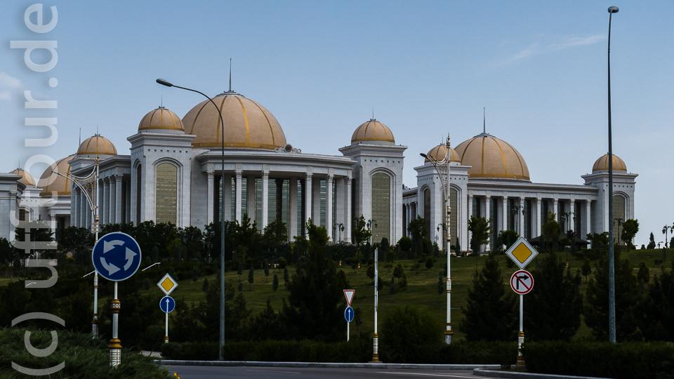Disneyland in der Wüste: Ashgabat, die weiße Stadt. Der allgegenwärtige Marmor stammt aus Italien und Spanien.