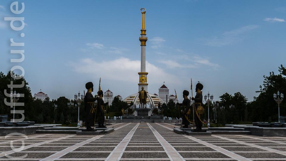 Und vom großen Meister gibt es auch genügend Denkmäler. Hier eine zwölf Meter hohe Statue mit entsprechend gestaltetem Umfeld.