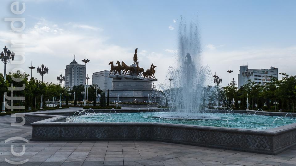 ... und Wasser. Noch nie haben wir so viele Springbrunnen gesehen, wie in Ashgabat.