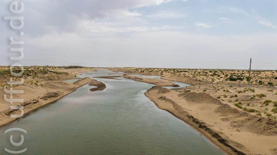 Einer der Kanäle, die das Wasser durch die Wüste zur Stadt leiten.