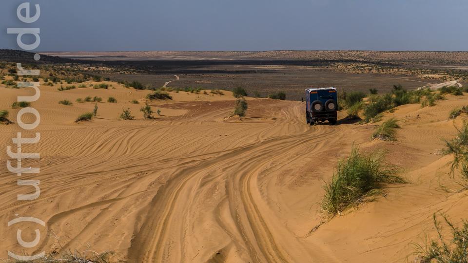 Hin- und Rückweg führen über eine teils sandige Piste. Schon auf dem Hinweg ahnten wir nichts Gutes an einer Stelle mit weichem Sand. Da ging es zwar noch bergab, aber wir mussten am nächsten Tag wieder hoch...