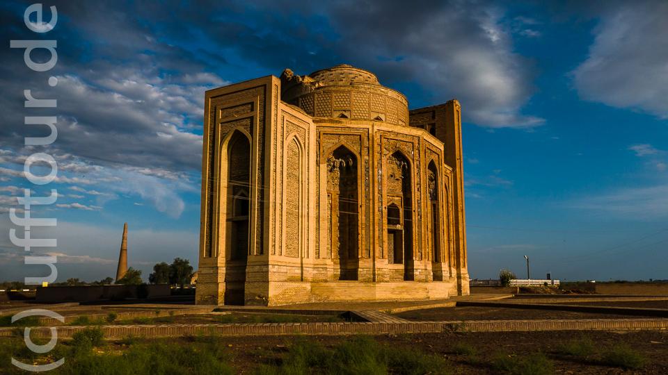 Das Turabeg-Khanum-Mausoleum der Sufidynastie im Licht der Abendsonne. 14. Jahrhundert (also nach dem Mongolensturm)