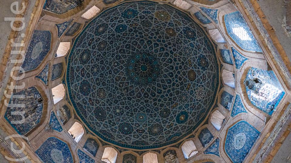 Die Kuppel ist mit 365 Sternen, die die Tage des Jahres symbolisieren, verziert. Über den Trompen befinden sich 24 Bögen, abwechselnd sind 12 als Fenster nach aussen offen (zwölf Stunden des Tages), die anderen geschlossen (12 Stunden der Nacht). Darunter liegen 12 größere Bögen als Sysmbol für die Monate des Jahres.