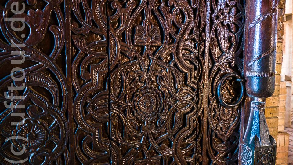 Die Eingangstür ist kunstvoll verziert. Typisch für Mittelasien.
