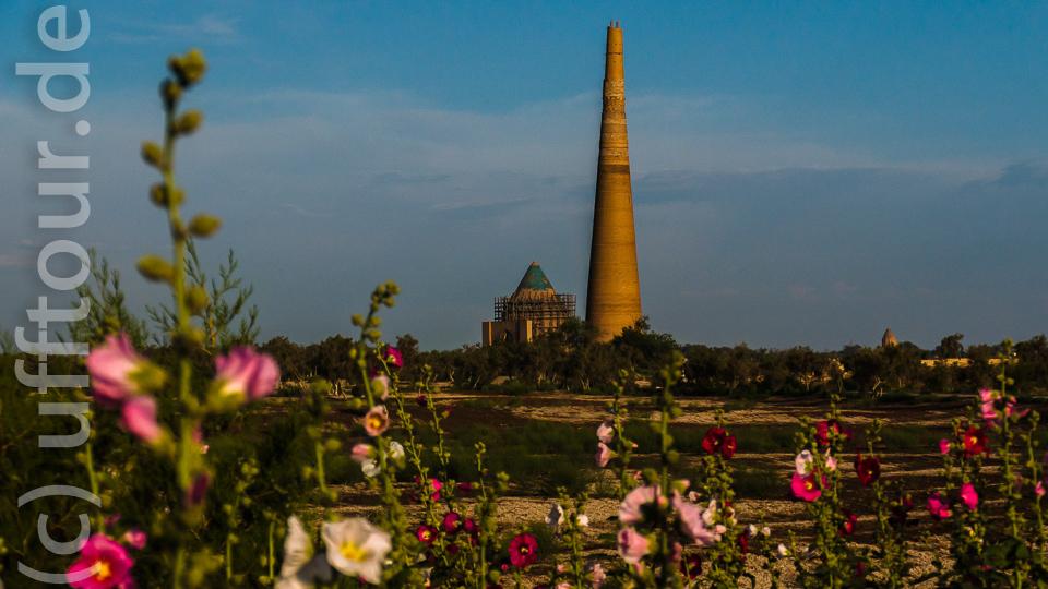 Das Minarett Kutlug Timur, mit 62m das höchste in Mittelasien. Daneben das Mausoleum des Sultan Tekesch, das noch aus vormongolischer Zeit stammt.
