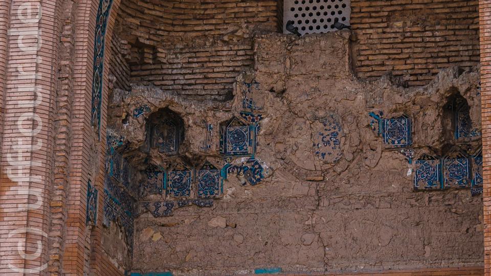 An der Aussenfassade sind große Teile der Mosaiken zerstört, auch die äußere Kuppel, einst mit blauen Kacheln verziert, ist zestört.