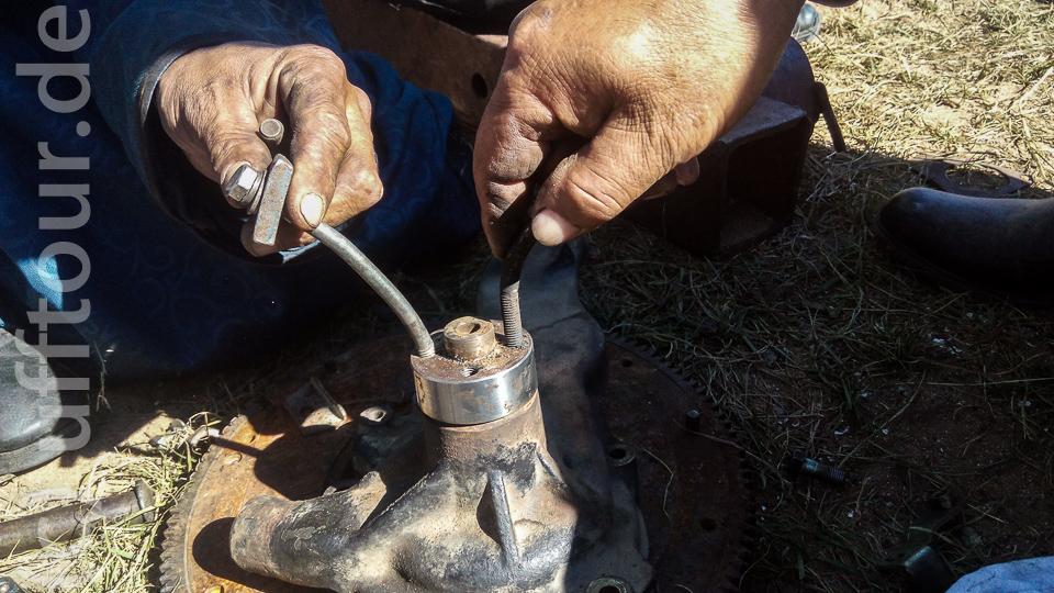 Um den Flansch der alten Pumpe abzuziehen wurde eine Vorrichtung aus speziell gebogenen Schrauben gebastelt, die dann in einen Abdrücker passten.