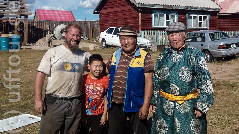 Der Zauberer mit Enkel in der Mitte und der alte Mann rechts hat alleine durch seine beruhigende Anwesenheit geholfen.