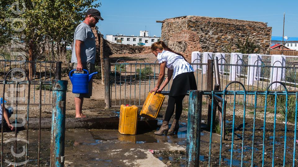 Da staunt der Gießkannenträger. Ob sich die Dame extra zum Wasserholen so herausgeputzt hat oder gar wegen den europäischen Besuchern, konnte nicht geklärt werden...