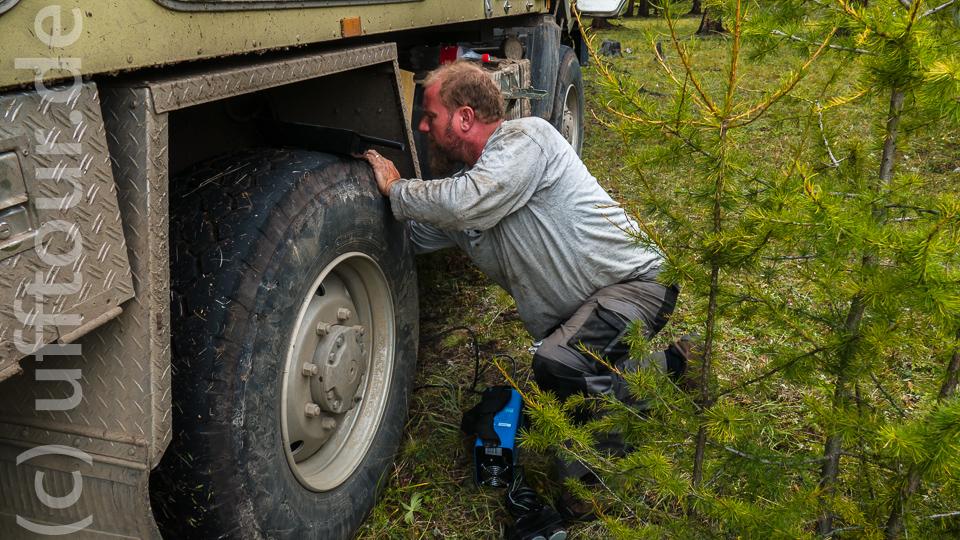Hier schweißt der Fachmann. Damit die Schutzmaske nicht durch Funkenflug beschädigt wird, liegt diese gut geschützt auf dem Reifen.