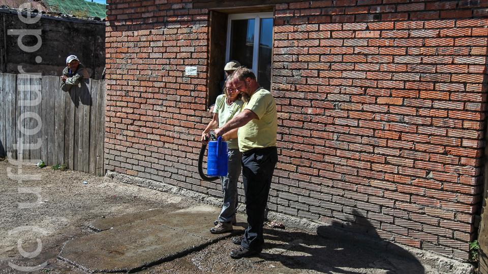 Optimierter Arbeitsablauf: Markus der Wasserträger, Heike füllt auf.