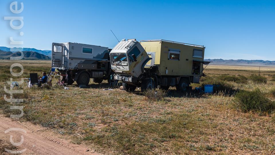 Schöner Platz zum Arbeiten. Mitten in der mongolischen Steppe, neben der Piste. Aussicht inclusive.