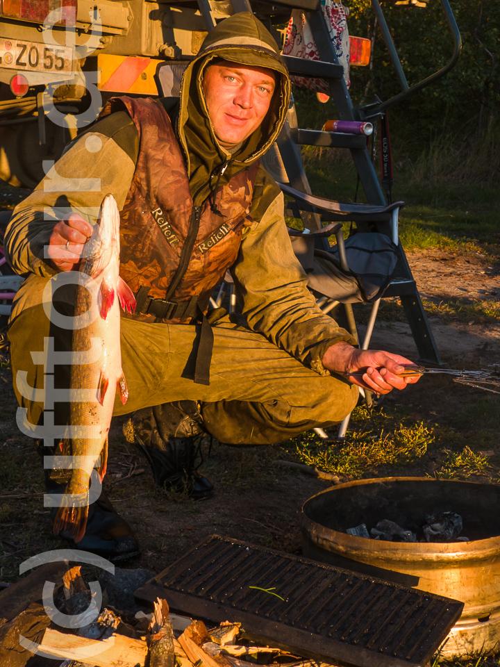 Gleich am ersten Abend hatten wir Glück. An unserem Lagerplatz tauchte ein Fischer auf, der uns seinen Fang zum Kauf anbot. Außer einem Hecht hatte er auch Omul dabei, den bekanntesten Speisefisch am Baikal. Eine endemische, also nur hier vorkommende, Art. Und ein vorzüglicher Speisefisch.