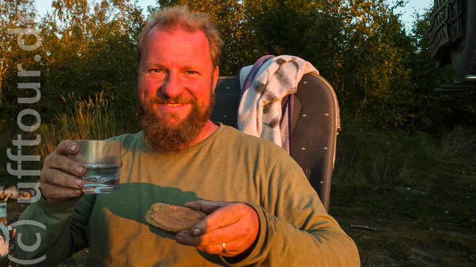 … und dann auf einem Stück Brot verzehrt. Auf Anraten des Fischers mit einer ordentlichen Portion Wodka. So macht man das hier.