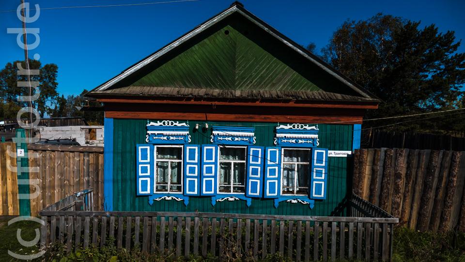 Auf der Fahrt zum See passieren wir die typischen sibirischen Holzhäuser...