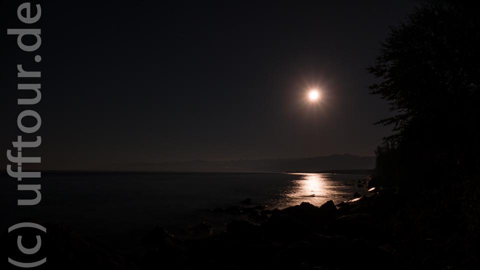 Am späten Abend, gab der Mond sein Stelldichein. Und dann mit der besten Ehefrau von allen einen Pastis trinken. Nur die Wellen hören. Besser geht kaum.